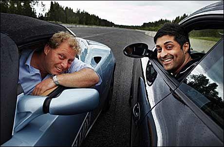 BILPRAT: - Den er rålekker, innrømmer Tommy Sharif og kikker bort på el-racerbilen til Frederic Hauge. - Og rask, sier Bellona-sjefen. Foto: Espen S. Hoen