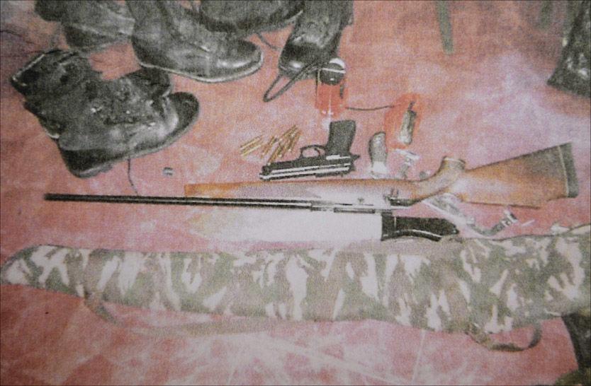 BESLAGLAGT: Riflen og pistolen var blant utstyret ugandisk politi beslagla etter at de fant en rekke eiendeler på et rom Tjostolv Moland og Joshua French hadde disponert før de ble arrestert. Foto: