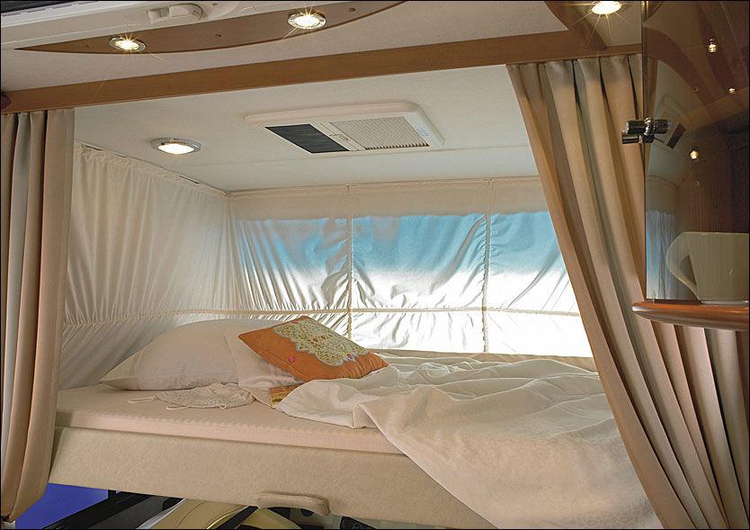 DRØMMELAND: Det er fire faste soveplasser i millionbobilen. Mot et pristillegg kan også en 22 tommer flatskjerm integreres i «soverommet». Foto: Concorde