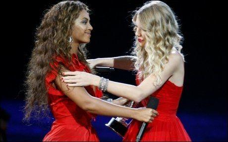 OMFAVNET HVERANDRE: Beyonce Knowles sørget for at Taylor Swift fikk komme tilbake på scenen. Foto: Reuters