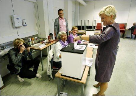 STEMTE: Siv Jensen stemte under kirkevalget mandag 14. september. Ni av ti nordmenn deltok ikke. Foto: SCANPIX