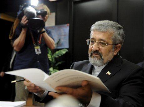 MØTE MED IAEA: Den iranske ambassadøren Ali Asghar Soltanieh forbereder seg til et møte med IAEA for å diskutere Irans atomvåpenprogram tidligere i år. Foto: Scanpix