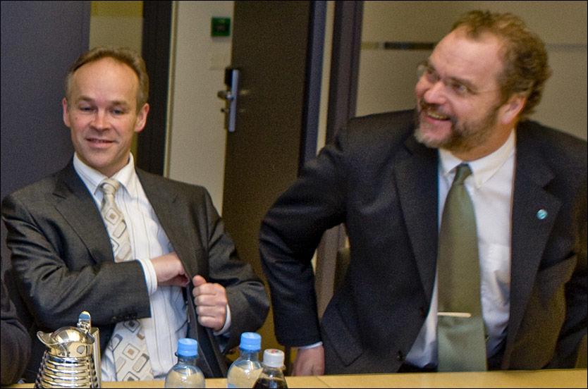 PÅ KOLLISJONSKURS: Jan Tore Sanner sier han har samarbeidet godt med Lars Sponheim, men han forstår ikke anklagene om at Høyre har skylden for Venstres valgtap. Her fra et møte i mars. Foto: Scanpix