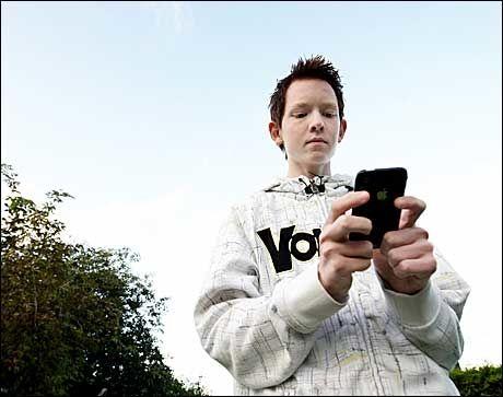 BYTTE MOBIL MOT BIL: Morgan Sjømark (17) selger gjerne mobilnummeret sitt for å få råd til å kjøpe bil til 18 årsdagen. Foto: MARIUS LANGFJORD / TRØNDERAVISA Foto: Marius Langfjord/Trønderavisa
