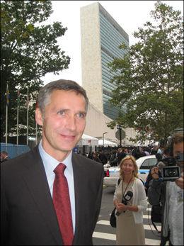FIRE NYE ÅR: Jenst Stoltenberg fortsetter som statsminister i fire nye år. Her er han utenfor FN-bygningen på Manhattan i New York. Foto: Jostein Matre