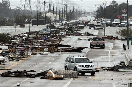 VEI ELLER SLAGMARK?: Slik så Highway 146 ut etter orkanen Ike's herjinger i 2008. Foto: AP