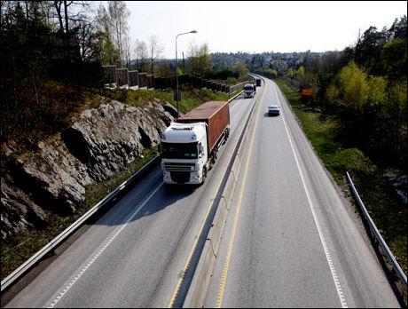 FÅR KRITIKK: Norske veier er for dårlige. Her fra E18 ved Porsgrunn som har fått midtdeler, men fremdeles har langt igjen til motorveistandard. Foto: Roger Neumann