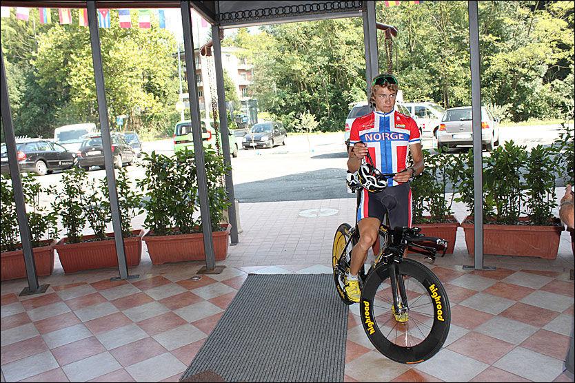 SYKLER VM-TEMPO I ETTERMIDDAG: Edvald Boasson Hagen - her på det norske hotellet etter en treningstur i går ettermiddag. Foto: Anders K. Christiansen, VG Nett