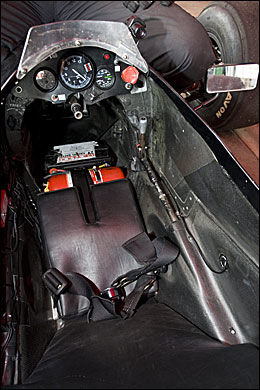 SPARTANSK: Formel 1-bilen fra Tyrrel har ikke giring fra rattet slik som på moderne formelbiler. Den røde bryteren til høyre på dashbordet utløser skumlegging av bilen hvis det begynner å brenne, og man ikke kommer seg ut. Foto: På Hansen