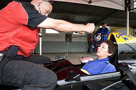 PITLANE-PINGLE: Bildet lyver ikke, så redd og konsentrert er man før man skal kjøre en Formel 1-bil for første gang. Alle kjører på sitt nivå. Det viktigste er å ha det moro. Foto: På Hansen