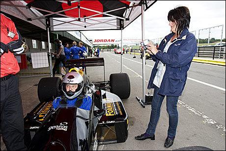 FAMILIEUTFLUKT: Fru Anne-Karin foreviger ektemannen Per Tveter (fra Drammen) før han setter av gårde i en Formel 1-bil. - En kjempeopplevelse, men også skremmende med kreftene, jeg var redd for å dra av banen. Akselerasjonen fra cirka 100 km/t er bare et stort kick. Foto: På Hansen