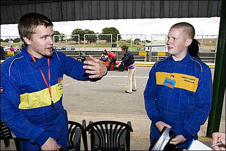BEDRE ENN ØL: Erik Myrstad (23) og kameraten Bjarne Silden, hadde toppfart på henholdsvis 181 og 203 km / t. Bjarne fikk utmerkelsen Best Driver of the day. Foto: Pål Hansen
