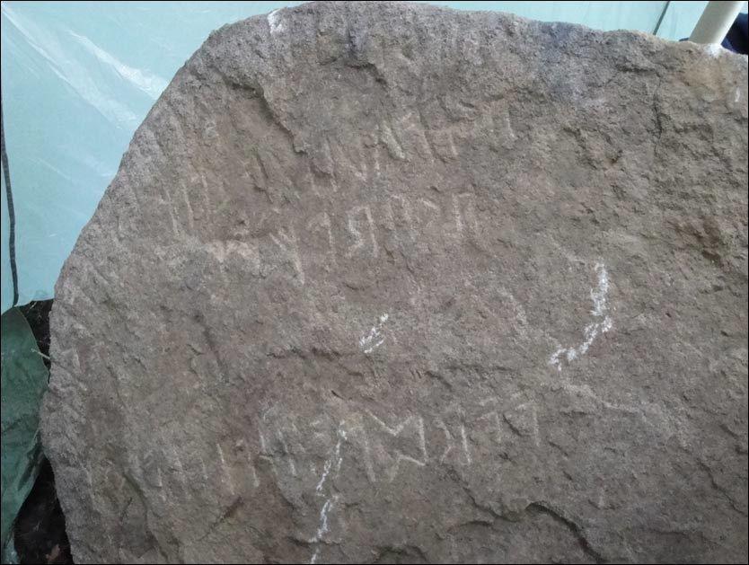 MYSTISK FUNN: Søndag ble denne steinen med flere runetegn funnet på en gård i Mandal. Foto: Frans-Arne Stylegar