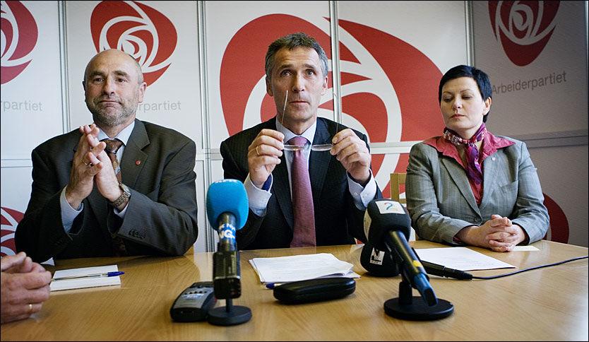 TO STATSRÅDER GÅR AV: Dag Terje Andersen, Jens Stoltenberg og Helga Pedersen på pressekonferansen etter gruppemøtet i Arbeiderpartiets stortingsgruppe. Foto: Scanpix