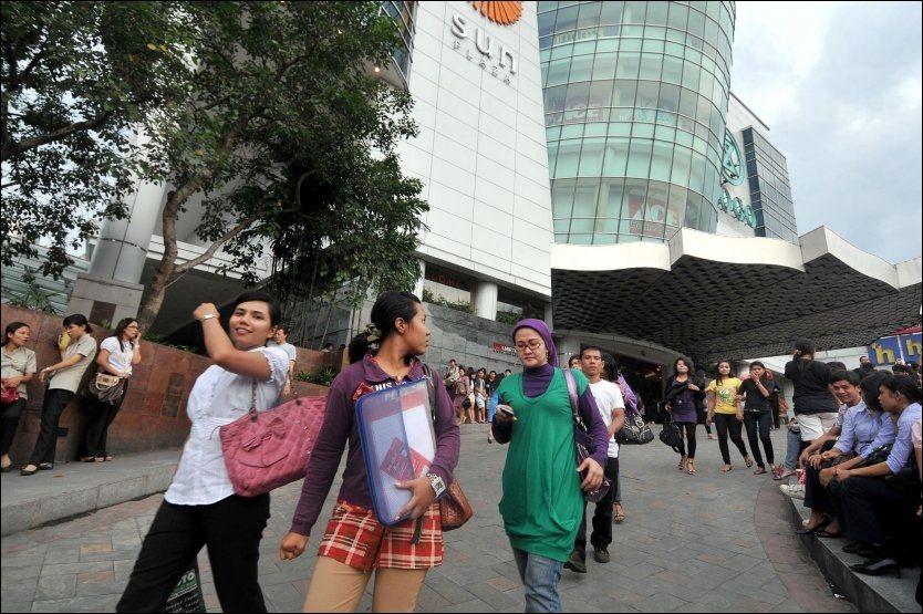 EVAKUERTE: Folk evakuerte ut fra kjøpesenteret Sun Plaza i byen Medan øst på Sumatra onsdag. Foto: AFP