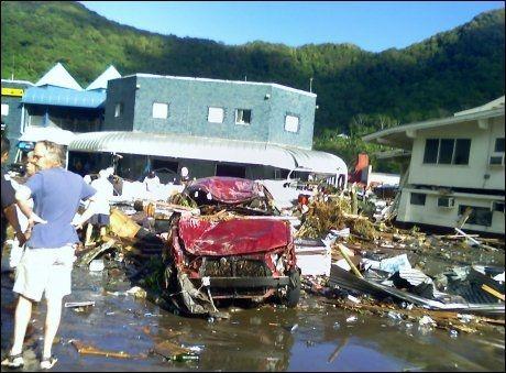 STORE ØDELEGGELSER: Tsunamien som traff Samoa og Amerikansk Samoa natt til onsdag førte til store ødeleggelser. Dette bildet er tatt i byen Pago Pago på Amerikansk Samoa. Nå er det sendt ut et nytt varsel om en tsunami som kan treffe India, Thailand, Malaysia og Indonesia. Foto: AFP