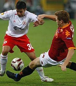 VANT: John Arne Riise, som her takler Yordan Todorov, var med da Roma slo CSKA Sofia 2-0. Foto: Reuters