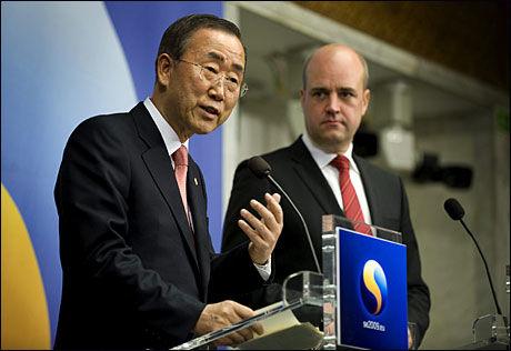 VIL SAMARBEIDE: FNs generalsekretær Ban Ki-Moon og Sveriges statsminister Fredrik Reinfeldt holdt en pressekonferanse sammen torsdag. Foto: EPA