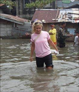 OVERSVØMT: Katharina Pracon vasset til livet i flomvann i Manilas gater. Foto: Katharina Pracon