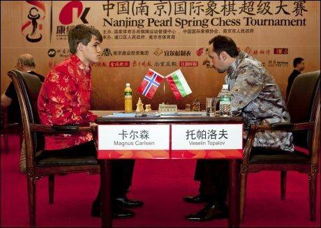 VANT: Tirsdag slo Magnus Carlsen mot Veselin Topalov (t.h.). Nå fortsetter nordmannen å imponere. Foto: Scanpix