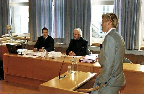 SAKEN ER AVGJORD: John Arne Riise (høyre) vitnet mot sin tidligere agent Einar Baardsen (sittende til høyre). Til venstre er Bardsens forsvarer John Christian Elden. Foto: Hugo Bergsaker