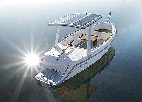 SOLDREVET: Kjøper du med solcelletaket lader båten seg selv. Fem dagers solenergi gir 3-4 timers gangtid, ifølge produsenten. Foto: Produsent