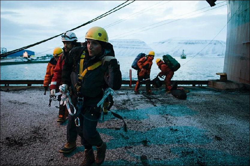 KULLAKSJON: Greenpeaces aksjon mot kullanlegget ved Sveagruva på Svalbard startet fredag. Lørdag ble fem demonstranter fjernet. Foto: Christian Åslund