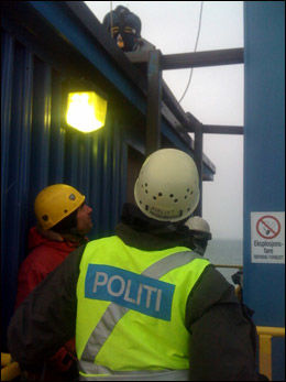 AKSJONERTE: Politiet hentet ned fem demonstranter fra kullanlegget ved Sveagruva. Foto: Martin Norman