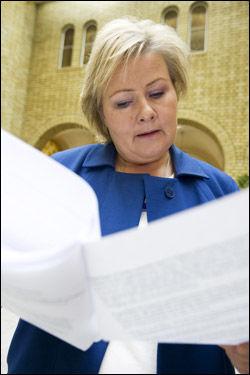 ENDELIG UTE: Høyre-leder Erna Solber leser den nye regjeringserklæringen. Foto: Scanpix