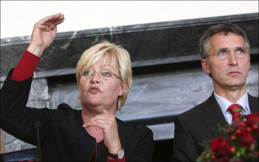 SÅ STOR: Kristin Halvorsen og SV kjempet hardt for en omfattende og detaljert regjeringsplattform. Statsminister Jens Stoltenberg innrømmer at dokumentet burde vært kortere. Foto: Lise Åserud/Scanpix