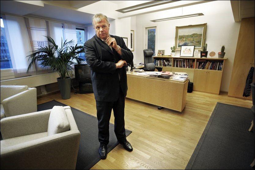 BETENKT: En av Jens Stoltenbergs mest betrodde statsråder gir seg nå i politikken. Her er han fotografert på sitt kontor i går ettermiddag. Foto: HELGE MIKALSEN