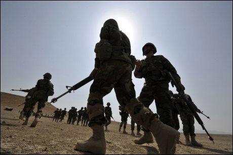 KRIGEN FORTSETTER: Samtidig som Barack Obama ble kunngjort som årets fredspris-vinner starter arbeidet med å sende 40.000 nye tropper til det krigsherjede Afghanistan. Foto: AFP