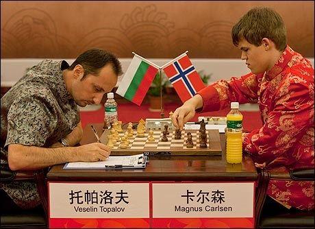 - VERDENS BESTE: Selv om bulgarske Veselin Topalov er ranket som verdens beste sjakkspiller, mener sjakkekspert Bjarke Sahl at Magnus Carlsen nå egentlig kan regnes som den sterkeste. Dette bildet er fra mandagens oppgjør der Carlsen spilte remis mot verdenseneren. Foto: NPSCT