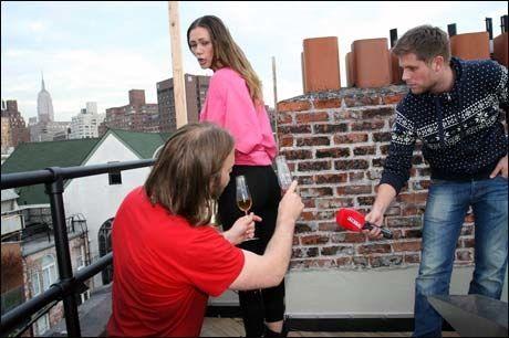 NYTT RUMPESTUNT: Aune Sand forklarer VG Netts journalist hva Champagneglassene som skal brukes under kveldens åpning er formet som. Foto: Kristian Holli