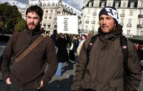 GÅR SÅ VIDT: Bjørn Samdal (til venstre) og Henrik Johnsen er begge fulltidsstudenter. De sier økonomien er trang. Foto: Ingrid Hvidsten
