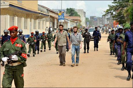 BLE MARSJERT: Da den første rettssaken startet 14. august i år ble Tjostolv Moland og Joshua French paradert gjennom gatene i Kisangani. Tirsdag skal ankesaken begynne. Foto: Kristian Helgesen