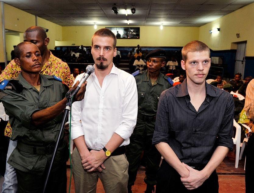 SVARER DOMMEREN: Tjostolv Moland og Joshua French identifiserer seg for dommeren under ankesaken for militærtribunalet i Kisangani. Foto: Kristian Helgesen