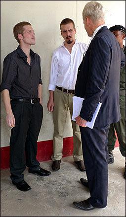 I KONGO: Forsvarer Morten Furuholmen sammen med tiltalte Joshua French (t.v.) og Tjostolv Moland. Foto: Kristian Helgesen