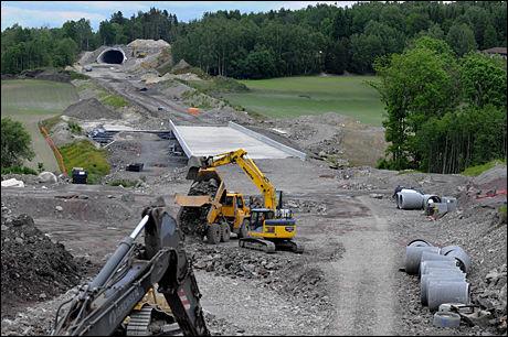 VEIPENGER: 14,1 milliarder skal brukes på veier. Her anlegges vei fra E18 i Re kommune til Horten. Foto: Martin Nilsen