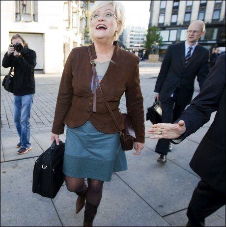 BLID: Finansminister Kristin Halvorsen smilte på vei inn på Stortinget for å legge frem statsbudsjettet 2010. Foto: SCANPIX