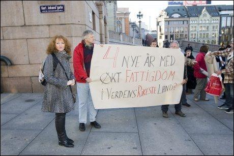 DEMONSTRERTE: Ikke alle er fornøyd med regjeringen. Aktivister hadde møtt opp utenfor Stortinget for å markere kampen mot fattigdom. Foto: SCANPIX