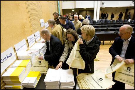 OFFENTLIG: Statsbudsjettet for 2010 ble offentliggjort tirsdag formiddag. Den trykte publikasjonen er fortsatt populær selv om dokumentene er tilgjengelige i elektronisk form. Foto: Cornelius Poppe / Scanpix