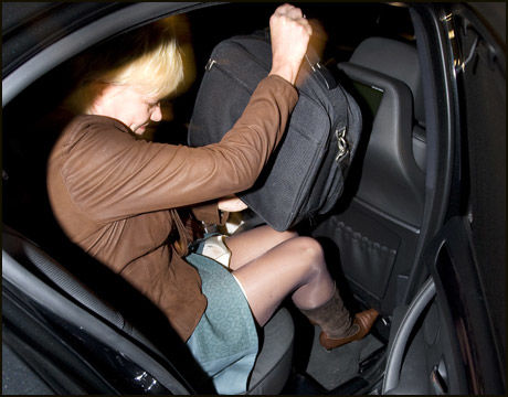 HEMMELIGHETSFULL: Med statsbudsjettet trygt under armen møtte finansminister Kristin Halvorsen pressen utenfor sin bolig på Grünerløkka i Oslo, tirsdag morgen. Foto: Scanpix