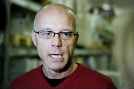 SPARER TID: Overlege Bjørn Iversen ved Folkehelseinstituttet mener at nyheten om at voksne kun trenger en svineinfluensavaksinering gjør at flere blir vaksinert raskere. Foto: SCANPIX