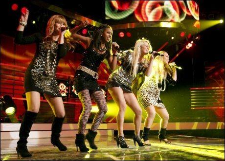 JENTEGRUPPE: Shackles, bestående av Charlotte Kjær, Malin Winther, Inger Lise Hope og Lwan Festatzion, på scenen under fredagens delfinale i X-Factor. Foto: Scanpix