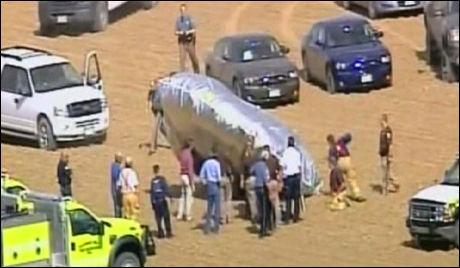 FULGTE FERDEN: Store redningsmannskaper fulgte ferden på bakken, og var raskt i gang med å undersøke ballongen. Foto: AP