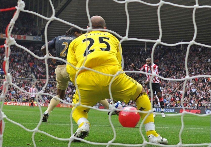 HER SKJER DET: Darren Bents skudd treffer en badeball foran mål og suser inn i nettet bak Pepe Reina. Foto: AFP