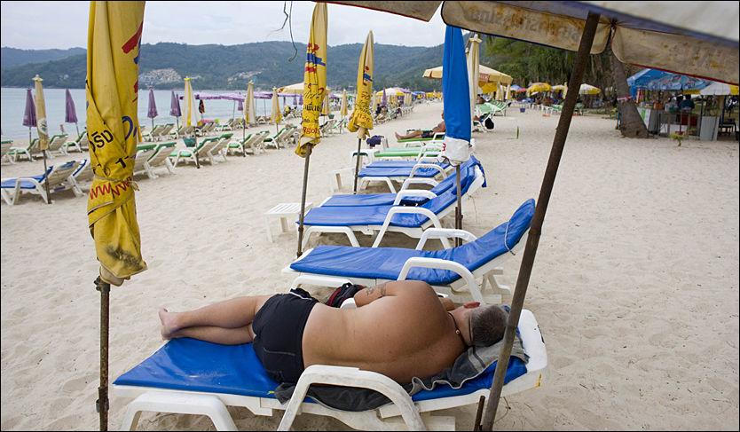 GOD PLASS: Det er plass til flere enn de 300 forsinkede svensketuristene på Phukets strender. Finanskrisen har rammet Thailands største ferieøy hardt. Foto: AP