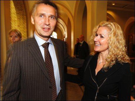 SPARKET: Karita Bekkemellem likte dårlig å få sparken som statsråd. Her sammen med Jens Stoltenberg i gladere dager. Foto: Trond Solberg
