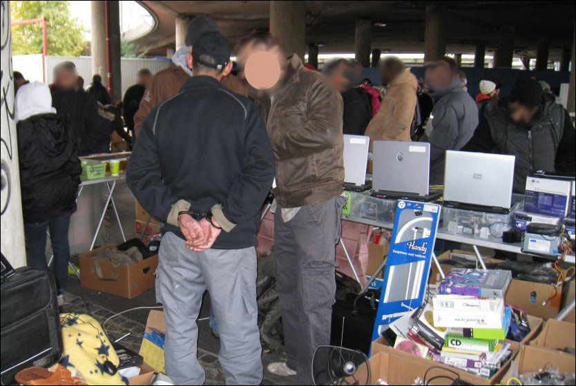 SALGSBOD: På Grønland Torg ble det beslaglagt rundt 80 stjålne PC-er. Politiet frykter id-tyverier og utpresningsforsøk mot eierne. Foto: Terje Helsingeng